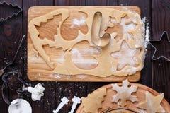 Pâte de pain d'épice avec les formes de thème de Noël et les biscuits crus, f Image stock