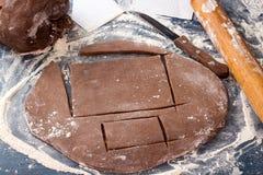 Pâte de pain d'épice pour des biscuits de Noël sur la table en bois bleue Image stock