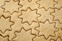 Pâte de pain d'épice pour le biscuit de Noël dans la forme de l'étoile préparée pour la cuisson photo libre de droits