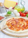 Pâte de pizza avec la sauce tomate images libres de droits