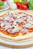 Pâte de pizza avec le salami, le lard, les champignons et le fromage photographie stock