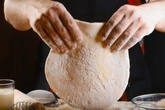 Pâte de roulement de Baker avec des ingrédients de recette de pain, de pizza ou de tarte de farine avec les mains, nourriture sur images libres de droits