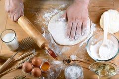 Pâte de roulement de Baker avec des ingrédients de recette de pain, de pizza ou de tarte de farine avec les mains, nourriture sur image stock