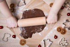 Pâte de roulement, bonhommes en pain d'épice de cuisson, faisant le gingerbr de Noël images stock