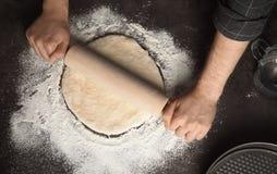 Pâte de roulement d'homme pour la pizza photographie stock libre de droits