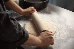 Pâte de roulement d'homme pour la pizza images libres de droits