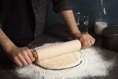 Pâte de roulement d'homme pour la pizza image stock