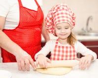 Pâte de roulement de petite fille et de grand-mère pour des biscuits images stock