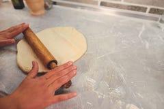 Pâte de roulement pour la pizza avec une goupille en bois sur la table images stock