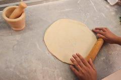 Pâte de roulement pour la pizza avec une goupille en bois sur la table photographie stock