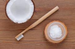 Pâte dentifrice d'huile de noix de coco, alternative naturelle pour les dents saines, brosse à dents en bois, en haut photographie stock libre de droits