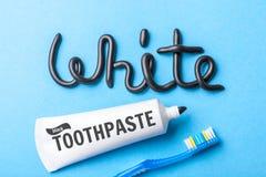 Pâte dentifrice noire de charbon de bois pour les dents blanches Exprimez le BLANC de la pâte dentifrice, du tube et de la brosse photo stock