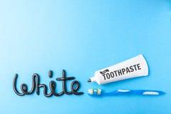 Pâte dentifrice noire de charbon de bois pour les dents blanches Exprimez le BLANC de la pâte dentifrice, du tube et de la brosse image stock