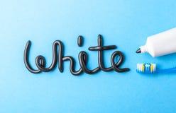 Pâte dentifrice noire de charbon de bois pour les dents blanches Exprimez le BLANC de la pâte dentifrice, du tube et de la brosse photos libres de droits