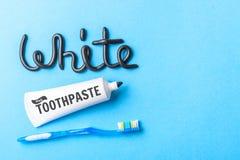 Pâte dentifrice noire de charbon de bois pour les dents blanches Exprimez le BLANC de la pâte dentifrice, du tube et de la brosse images stock