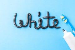 Pâte dentifrice noire de charbon de bois pour les dents blanches Exprimez le BLANC de la pâte dentifrice, du tube et de la brosse photo libre de droits
