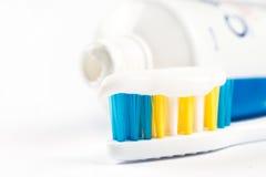 Pâte dentifrice sur la brosse à dents d'isolement au-dessus du fond blanc avec l'espace de copie Photographie stock