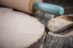 Pâte entière de roulement pour le pain fait maison images libres de droits