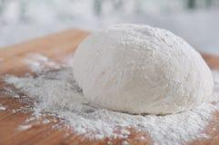Pâte et farine de pain crues du plat en bois Photographie stock libre de droits
