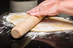 Pâte faite maison étant façonnée en des pâtes Images stock
