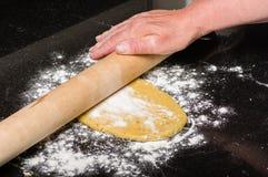 Pâte faite maison étant façonnée en des pâtes Photos stock
