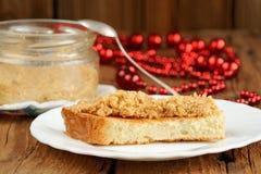 Pâte faite maison d'arachide sur le pain grillé du plat blanc Image stock