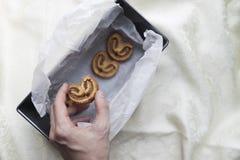 Pâte feuilletée avec de la cannelle et le sucre à disposition Photos stock