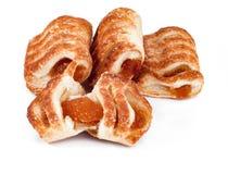 Pâte feuilletée avec la confiture de pomme et d'abricot d'isolement sur le backgro blanc Photo libre de droits
