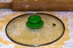 Pâte feuilletée avec un diamètre de 21 cm images libres de droits