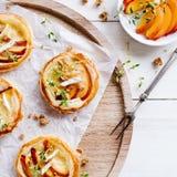 Pâte feuilletée chaleureuse avec les fruits et le fromage 03 Image libre de droits