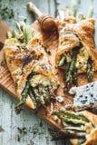 Pâte feuilletée d'asperge et de fromage image libre de droits