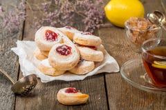 Pâte feuilletée de biscuits faits maison de gelée avec la confiture rouge Photos stock