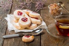 Pâte feuilletée de biscuits faits maison de gelée avec la confiture rouge Photos libres de droits