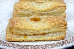 Pâte feuilletée de gâteaux faits maison avec le remplissage d'abricot Photographie stock