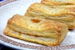 Pâte feuilletée de gâteaux faits maison avec le remplissage d'abricot Image libre de droits