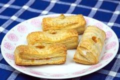 Pâte feuilletée de gâteaux faits maison avec le remplissage d'abricot Image stock