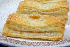 Pâte feuilletée de gâteaux faits maison avec le remplissage d'abricot Photo stock