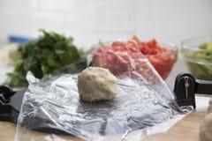 Pâte placée sur la presse de tortilla Photographie stock libre de droits