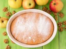 pâte prête de biscuit de tarte aux pommes sur un fond en bois vert avec des pommes et des écrous Photo libre de droits