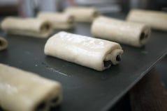 Pâte roulée fraîche de croissant d'amande photos stock