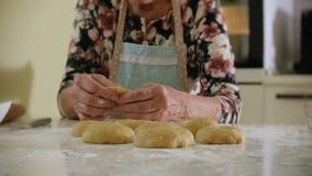 Pâte supérieure heureuse de biscuit de roulement de femme à la maison dans la cuisine banque de vidéos