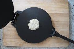 Pâte sur la presse de tortilla Photos stock