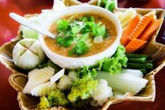 Pâte thaïlandaise de piments avec les légumes frais Image stock