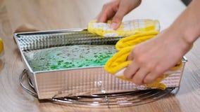Pâte verte pour la préparation du gâteau de biscuit de pistache sous la forme en métal pour faire sur cuire au four une table de  banque de vidéos