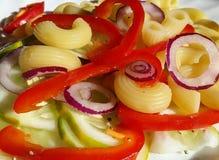 Pâtes à l'oignon rouge et au concombre de paprika Photographie stock
