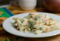 Pâtes étonnantes avec des légumes à une sauce crémeuse Images stock