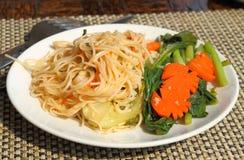 Pâtes asiatiques avec des légumes Image stock