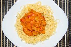 Pâtes avec de la sauce du poulet fait maison, du poivron doux, de la carotte, et des tomates fraîches Photos libres de droits