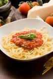 Pâtes avec de la sauce et des ingrédients à tomatoe Photo stock