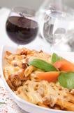 Pâtes avec de la viande et la sauce au fromage Photographie stock libre de droits